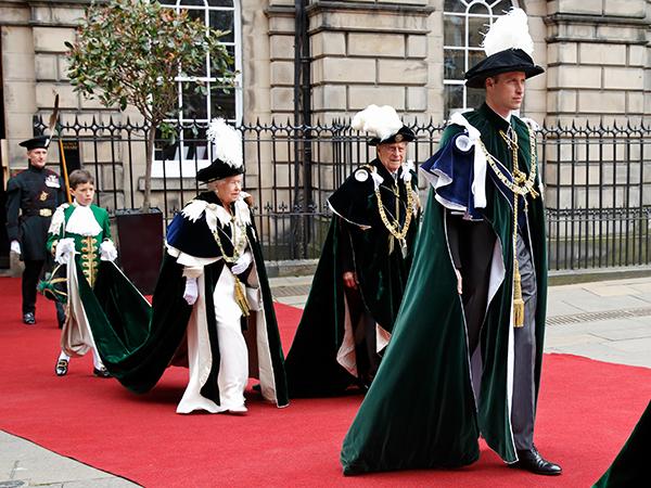 Королева Елизавета II, принц Филипп, герцог Эдинбургский и принц Уильям, герцог Кембриджский посещают Орден Чертополоха в соборе Святого Джайлса 7 июля 2016 года в Эдинбурге, Шотландия. Самый древний и самый благородный орден Чертополоха - это порядок рыцарства, связанный со Шотландией. (Фото: Макс Мумби / Индиго / Getty Images)