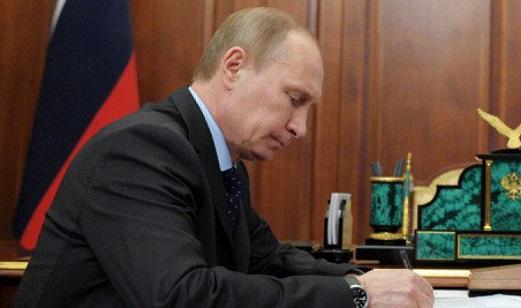 Картинки по запросу путин подписывает указ фото
