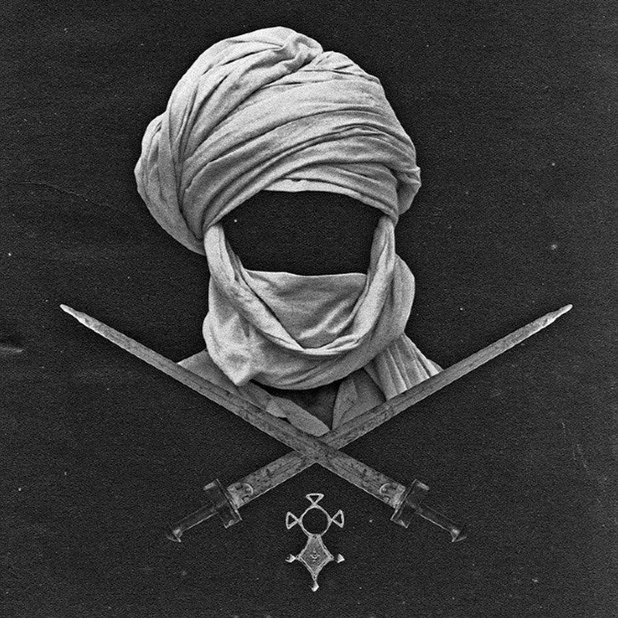 Медальон, мечи и чалма