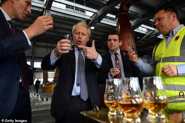 Премьер Великобритании Борис Джонсон когда-то объявил, что бросает пить до тех пор, пока не закончится сага с Brexit'ом. Теперь этот его обет в прошлом.