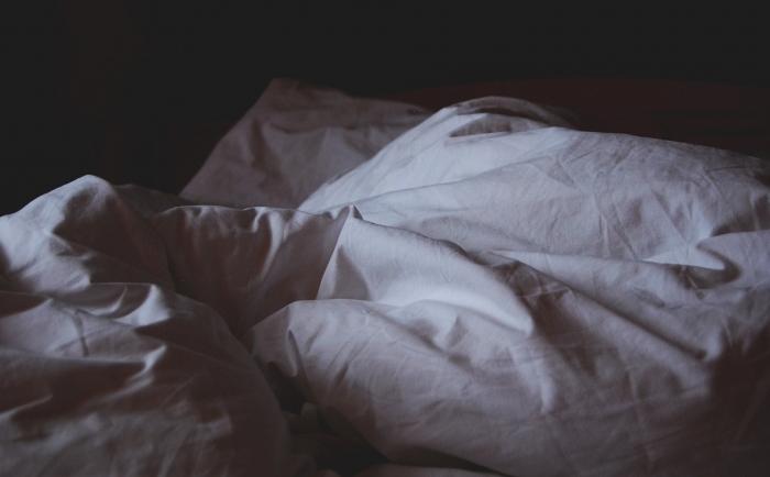 не застеленная кровать
