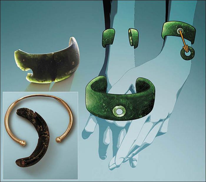 Обломок древнего браслета (слева, внизу при искусственном освещении он кажется черным, вверху темно-зеленый, каким кажется на открытом солнце). Целая версия браслета имела отверстие по центру, через которое был продет шнурок, крепивший маленькое каменное кольцо / ©altai3d.ru
