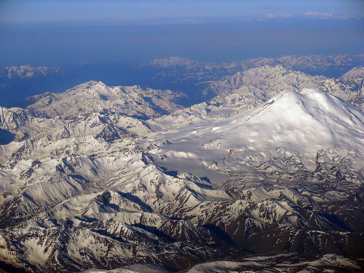 Аэрофотоснимок Эльбруса, его пьедестала и окружающего горного массива