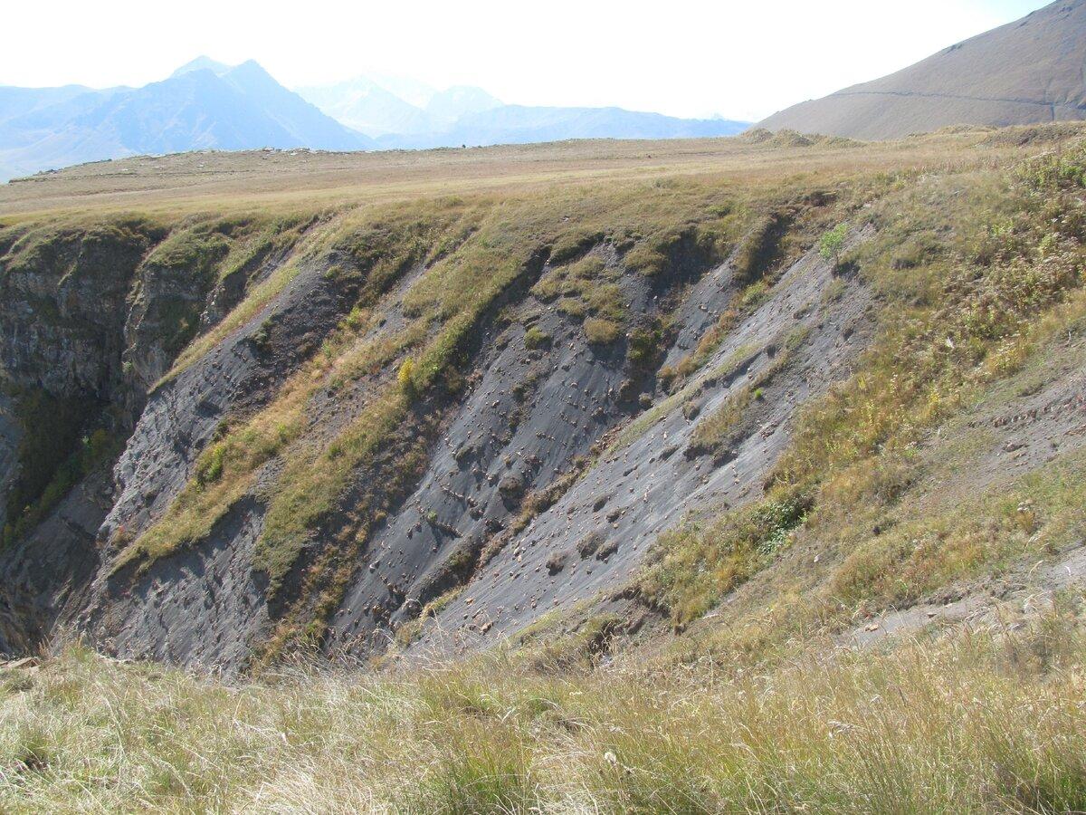 Черный вулканический песок в пределах урочища Джилы-Су