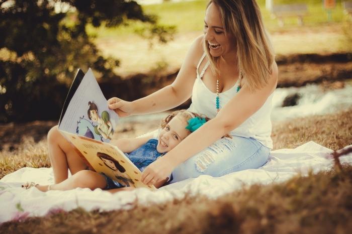 Мама с дочкой читают книжку