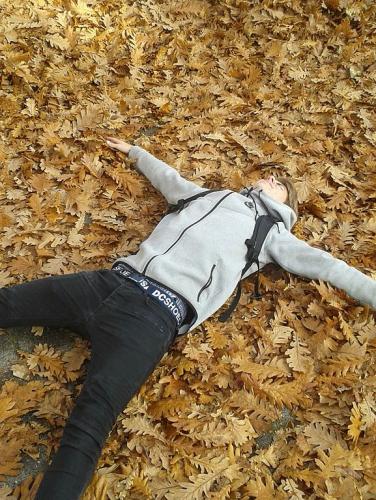 Лежащий мальчик
