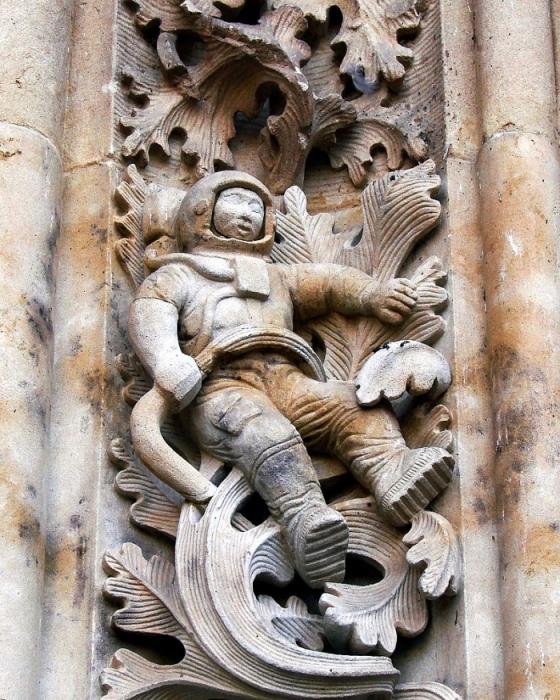 Барельеф астронавта на соборе Святого Иеронима в Испании.