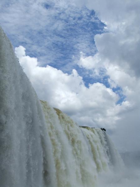 Водопад на фоне неба.