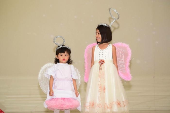 Девочки в костюмах ангелов.
