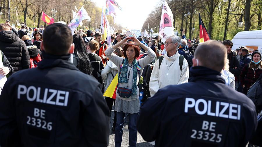 Более 150 участников акции против мер по COVID-19 задержаны в Германии | Новости | Известия | 21.04.2021