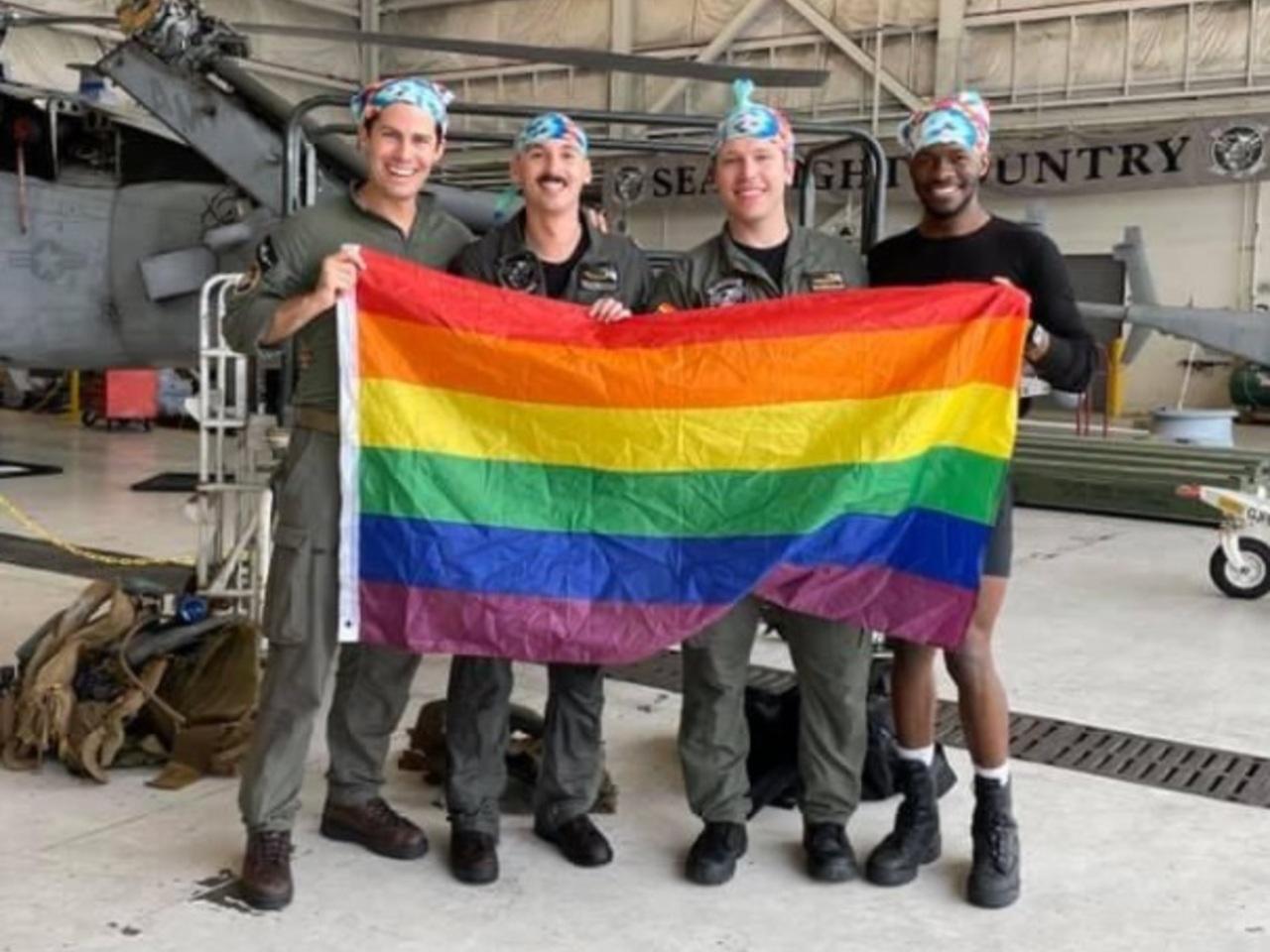 Появилось фото первого в истории гей-экипажа в армии США: Общество: Мир: Lenta.ru