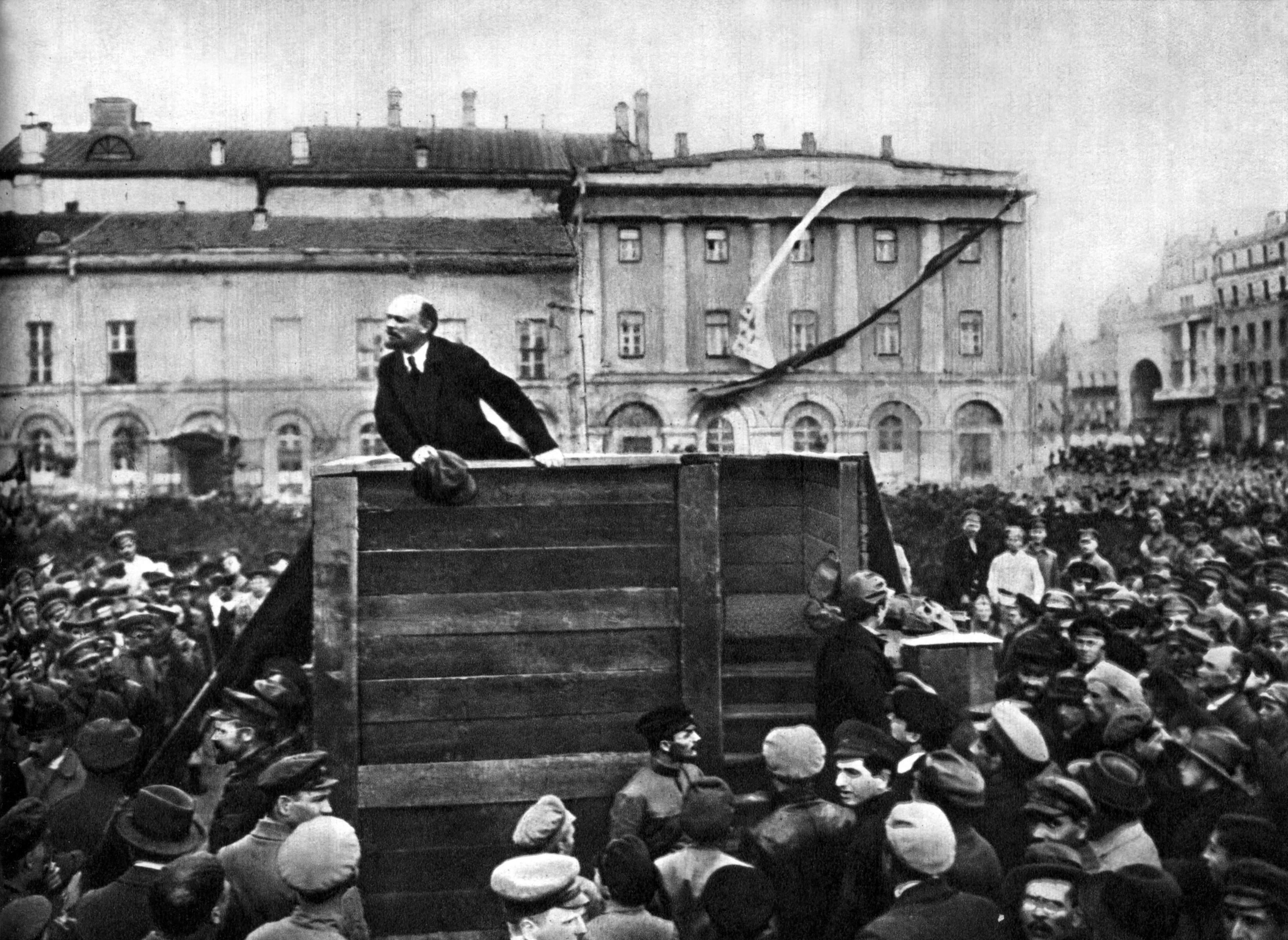 Фотогалерея - Вид категории: 1920 год - Фото: В.И.Ленин выступает перед войсками, отправляющимися на фронт